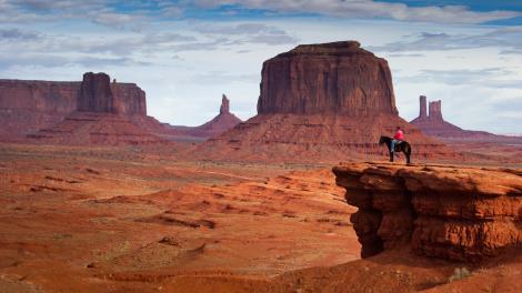 Ein Reiter vor der gewaltigen Naturkulisse im Monument Valley