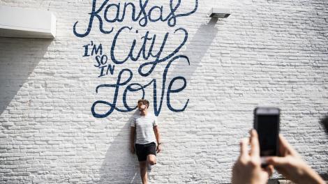 Fotogelegenheit vor einem Wandbild in Kansas City, Missouri