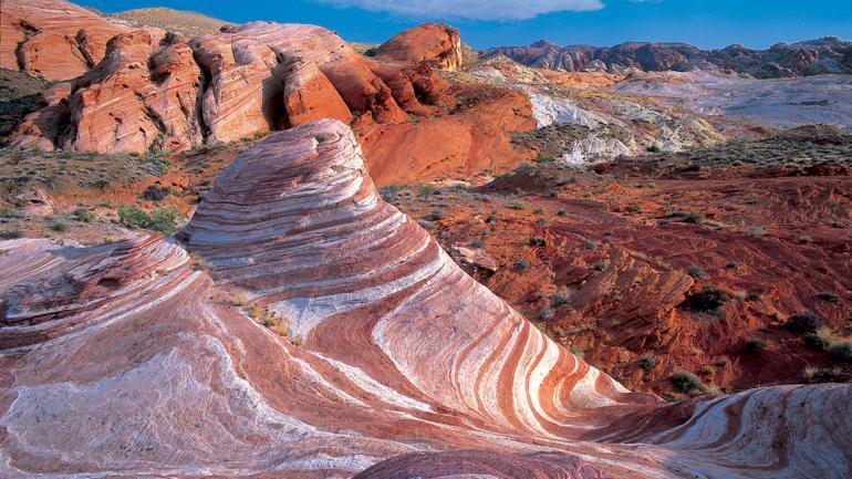 Das Valley of Fire in Nevada erhielt seinen Namen aufgrund der roten Sandsteinfelsen, die vor Jahrmillionen zur Zeit der Dinosaurier entstanden.