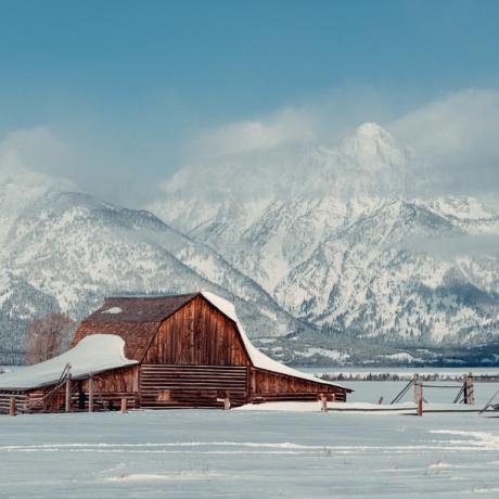 Eine verschneite Farm am Fuß der Grand Tetons in Wyoming