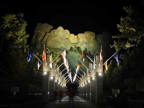 Die berühmten Präsidentenköpfe am Mount Rushmore bei Nacht