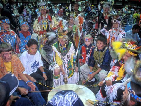 Black Hills Powwow mit Wettbewerben zu den Gesängen und Tänzen der Prärie-Indianer