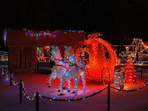 Magische Weihnachtsdekoration im Kinderfreizeitpark Storybook Island