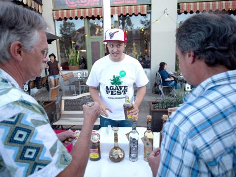 Getränkeverkostung während der Agave Heritage Week