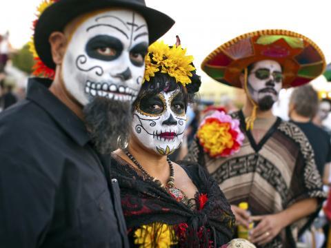 Teilnehmer mit Totenkopfbemalung bei der All Souls Procession Weekend