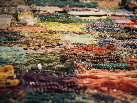 Farbenfrohe Auslage beim Tucson Gem, Mineral & Fossil Showcase