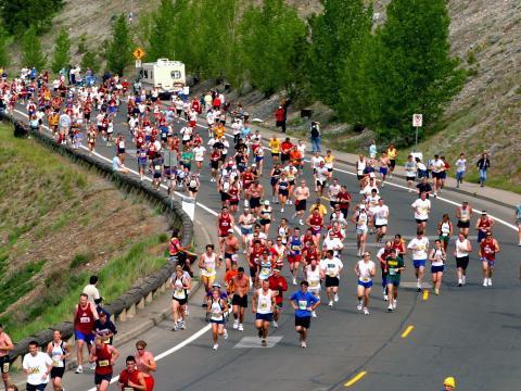 Läufer passieren eine Kurve während des Bloomsday Run im Mai.
