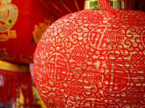 Festliche rote Laternen zum chinesischen Neujahr im South Coast Plaza