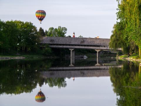 Ein fliegender Teilnehmer beim Wettbewerb Balloons Over Bavarian Inn