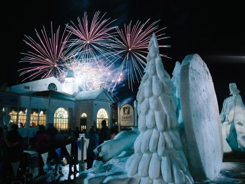 Skulpturen und Feuerwerk beim Snowfest