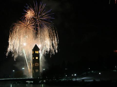 Ein Feuerwerk erleuchtet in der Silvesternacht zur First Night Spokane den Himmel im Zentrum Spokanes.