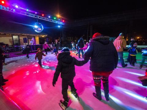 Stroll on State: Eislaufen unter der Discokugel
