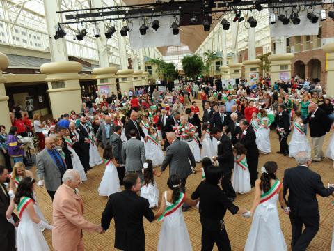 Tanzende Besucher in den italienischen Nationalfarben auf dem Italian Heritage Festival