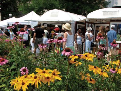 Besucher an Ständen mit Kunstwerken auf dem Cherry Creek Arts Festival in Denver