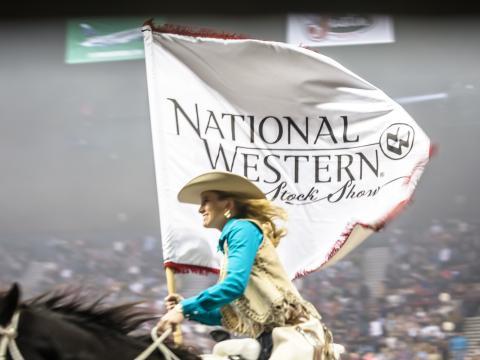 Reiter mit dem Banner des National Western Stock Show& Rodeo in Denver