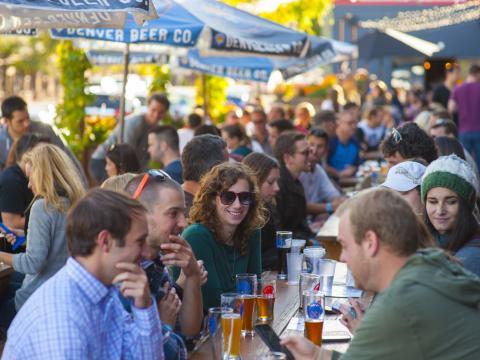 Besucher in einem Biergarten der Brauerei Denver Beer Co.