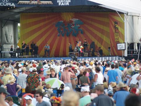 Besucher vor einem Livekonzert im Rahmen des New Orleans Jazz and Heritage Festivals