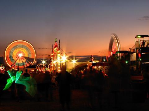 Angestrahlte Fahrgeschäfte auf der Olmsted County Fair