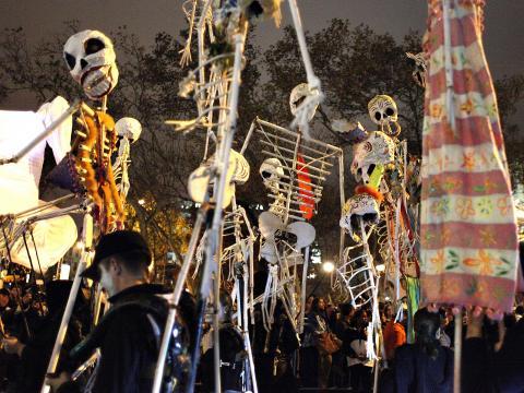 Tanzende Skelette bei der Village Halloween Parade
