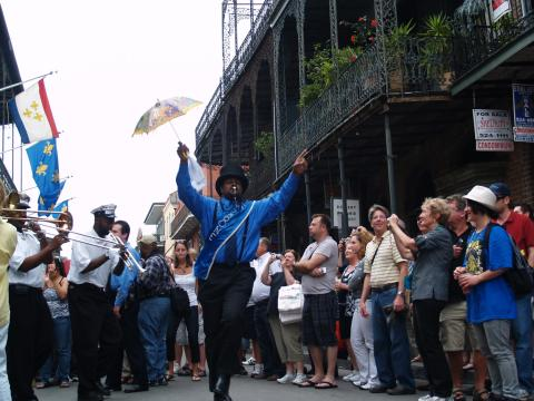 Partyatmosphäre bei einer Parade im Rahmen des French Quarter Festivals