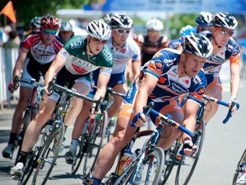 Teilnehmende Radsportler liefern sich ein Rennen bei der Air Force Association Cycling Classic