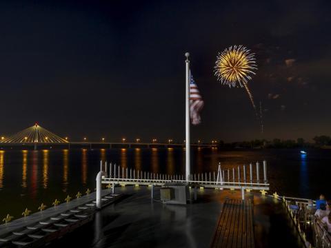 Ein perfektes Feuerwerk über dem Mississippi