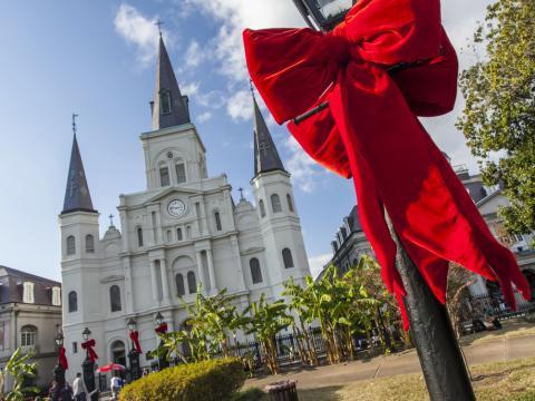 Die St. Louis Cathedral und der Jackson Square im festlich geschmückten Weihnachtslook