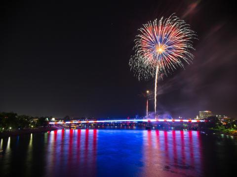 Feuerwerk in patriotischen Farben bei Pops on the River