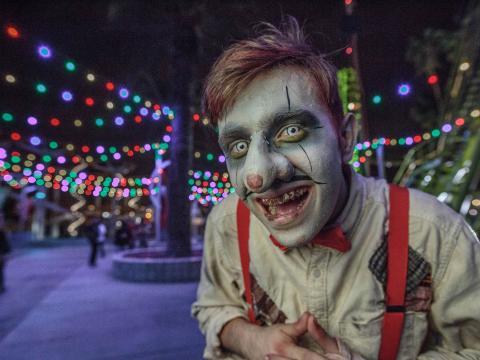 Kostümierte Gestalt bei einer Veranstaltung auf Knott's Scary Farm