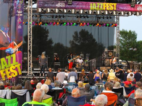 Bekannte regionale und nationale Musiker stehen bei dem beliebten Festival auf der Bühne.