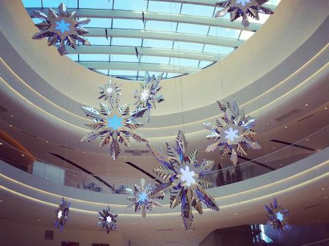 Festlich geschmückte Passagen beim Weihnachtseinkauf in der Mall of America