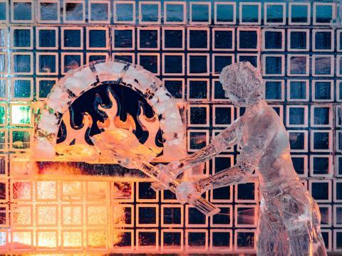 Kreative Eisskulptur auf dem Zehnder's Snowfest