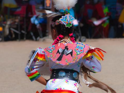 Ein Tänzer nimmt an der Ute Mountain Bear Dance Ceremony teil.