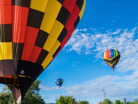 Die farbenfrohen Teilnehmer der Heißluftballonrallye in Cortez