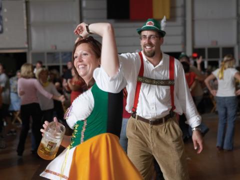 Tanzende Besucher in deutschen Trachten auf dem Oktoberfest
