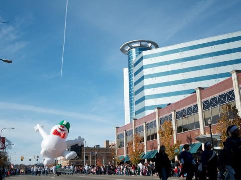 Die Feiertagsparade wird von einem fröhlichen Schneemann angeführt.