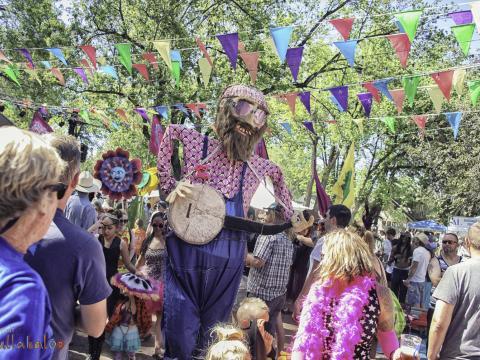 Eine lustige Gestalt auf dem Hullabaloo-Festival