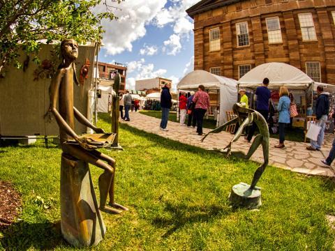 Kunstwerke auf der Old Capitol Art Fair