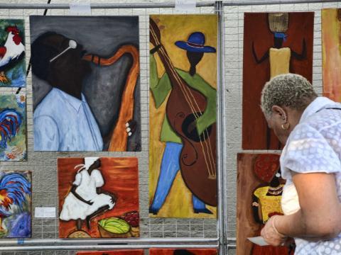 Zum Verkauf stehende Gemälde beim Festival Magic City Art Connection