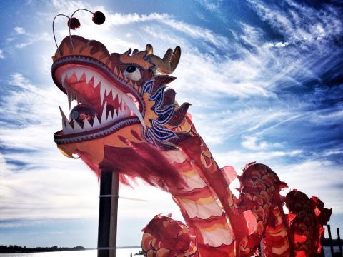 Ein farbenprächtiger Drache vor blauem Himmel beim Dragon Boat Festival