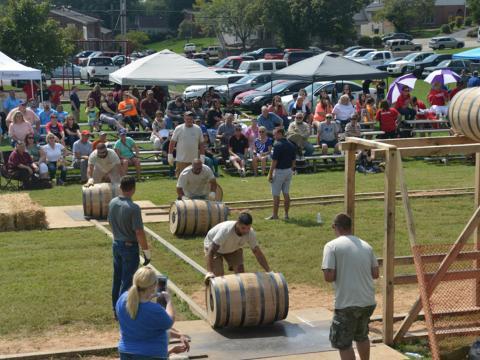 Staffellauf mit Bourbon-Fässern beim Kentucky Bourbon Festival