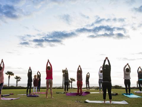 Yoga am Strand beim Amelia Island Wellness Festival