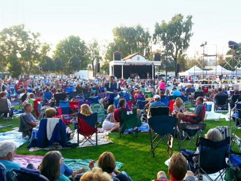Einem Open-Air-Konzert im Rahmen der vom Camarillo Arts Council organisierten Reihe Summer Concerts in the Park