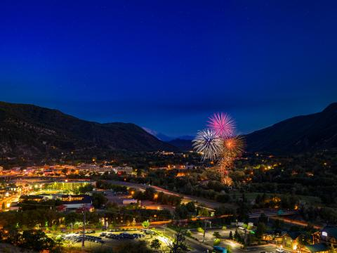 Ein Feuerwerk am Nachthimmel über Glenwood Springs