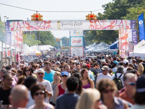 Besucher beim Gastro-, Musik- und Kunstfestival Arts, Beats& Eats