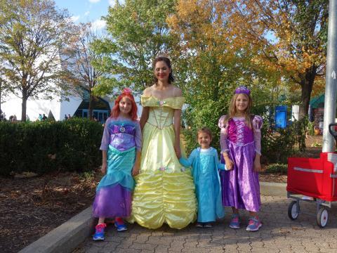 Kostümierte Besucher beim Halloween-Event Detroit Zoo Boo