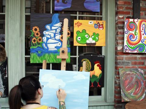 Eine Künstlerin beim Spring Art Walk in Lake Charles