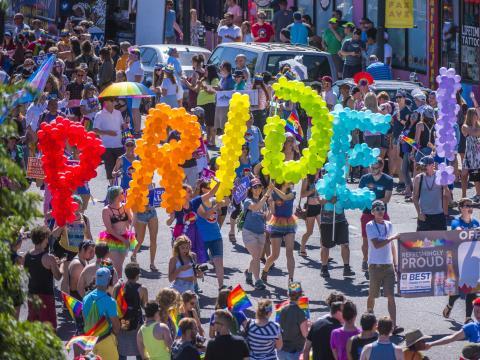 Mit farbenfrohen Ballons auf der Denver-Pridefest-Parade