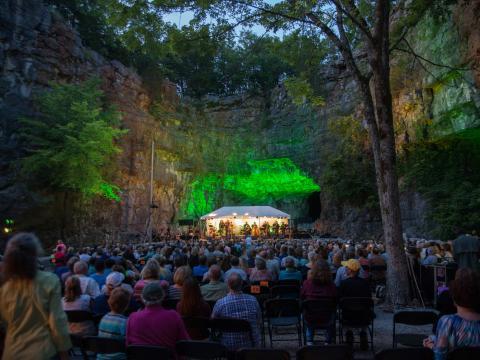 Live-Darbietung in einer Höhle im Rahmen der Three Caves Concert Series in Huntsville, Alabama