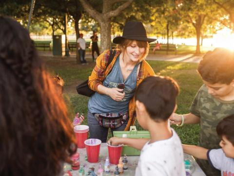 Bastelworkshop für Kinder im Rahmen der Stockton Arts Week in Kalifornien